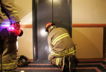 اگر هنگام قطع برق در آسانسور بودیم، چه کنیم؟